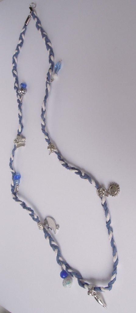 Ketting (of armband) gevlochten met veters en diverse bedels eraan