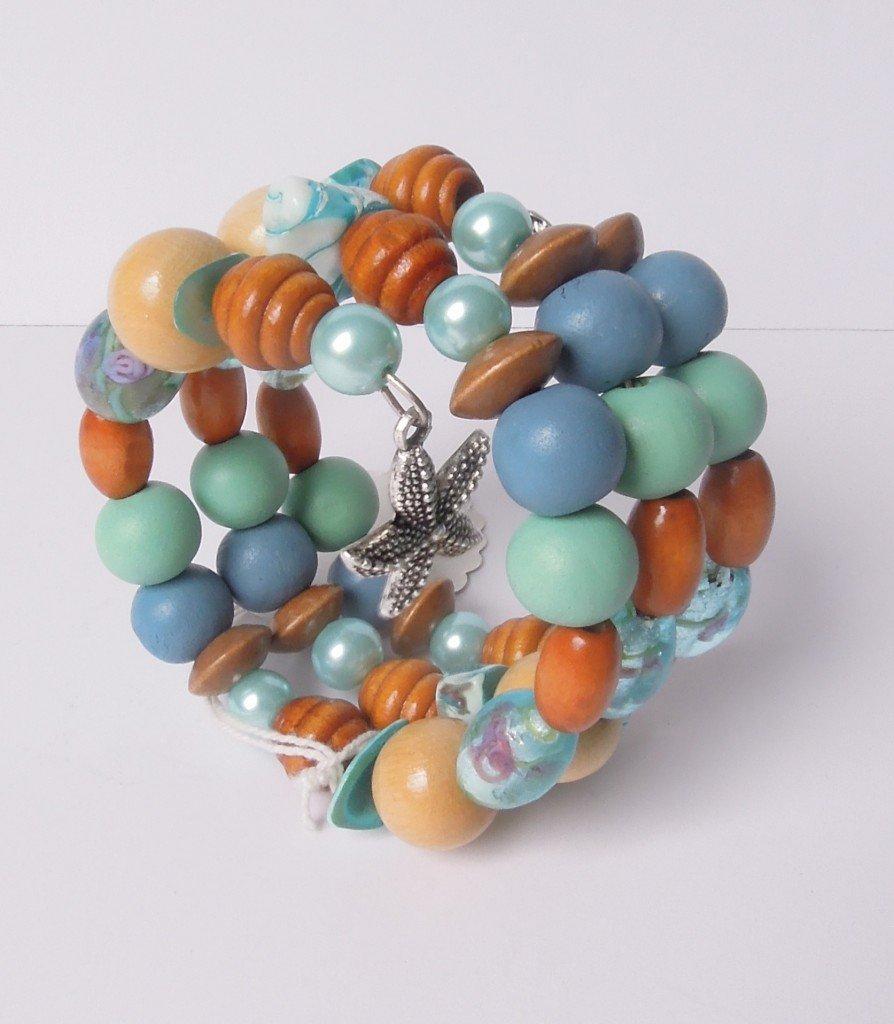 Wire armband houten en glazen kralen in zeetinten