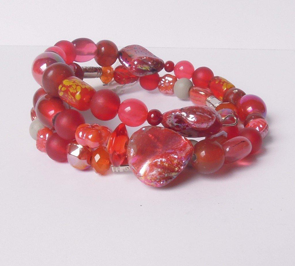 Wire armband glazen- en schelpkralen rood